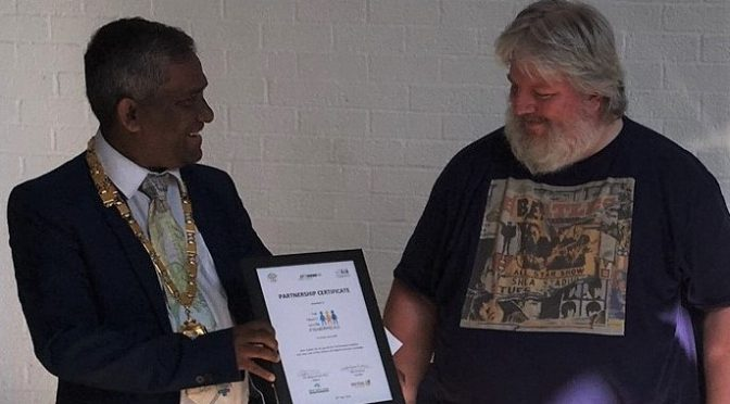 Mayor presents laptops to Fishermead school and community centre